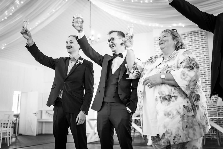 Cheers! Hochzeitsgäste stoßen im landhaus Westerhof mit Champagner an.