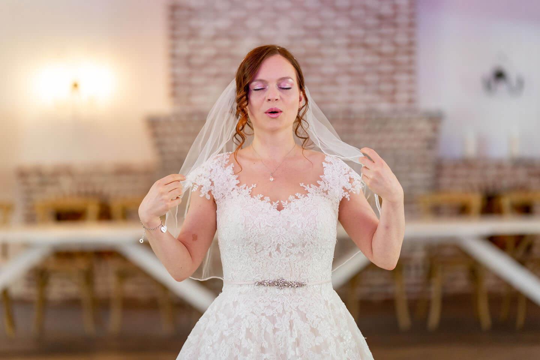 Eine aufgeregte Braut beim first Look Shooting im Landhaus Westerhof.