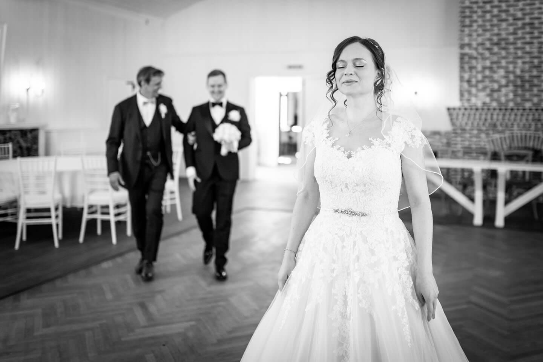 First Look Shooting. Schwarzweißbild von dem Hochzeitsfotograf Florian Läufer.