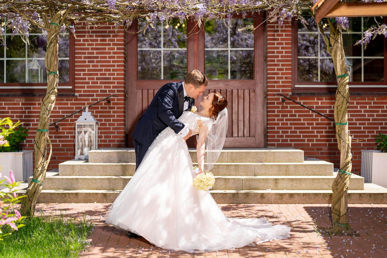Klassisches Hochzeitsfoto im Garten vom landhaus Westerhof.