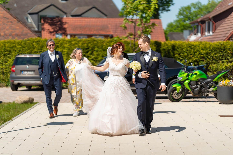 Brautpaar auf dem Weg ins Standesamt Rosengarten. (Foto: Florian Läufer)