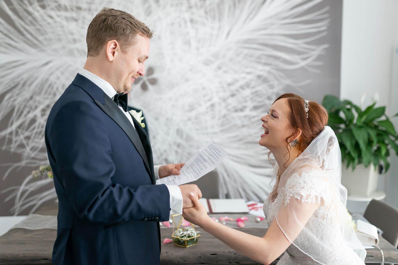 Braut lacht im Standesamt.