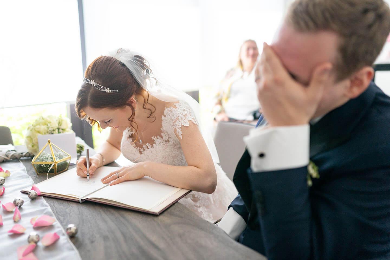 Heiratsurkunde unterschreiben.