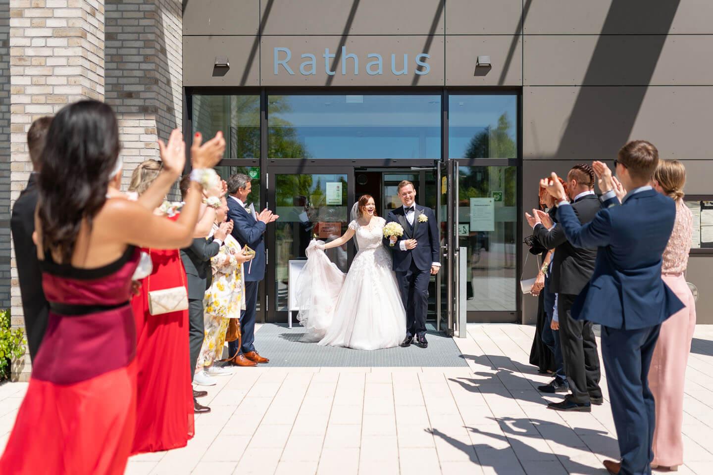 Brautpaar tritt aus dem Standesamt Rosengarten heraus. Fotograf: Florian Läufer aus Hamburg.