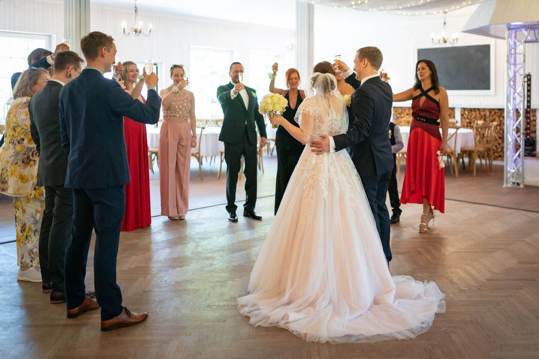 Prost! Brautpaar stößt mit der Familie an.