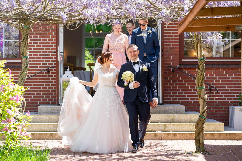 Der Garten im Landhaus Westerhof eignet sich hervorragend für Hochzeitsfotos wie dieses.