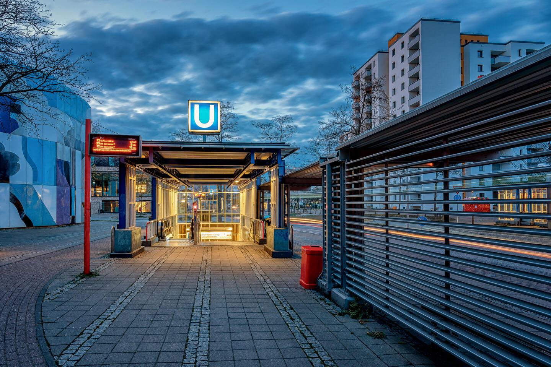 Der Eingang des U Bahnhofs Mümmelmannsberg zur Blauen Stunde. Foto: Florian Läufer, Hamburg