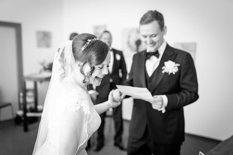 Braut lacht im Standesamt