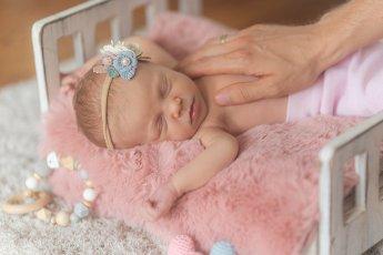 Natürliche Newbornfotos vom schlafenden Baby.