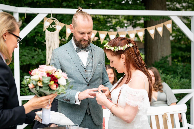 Aufstecken der Ringe bei Boho-Hochzeit in Rosengarten