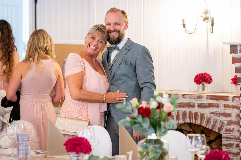 Bräutigam mit Mutter