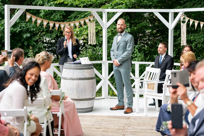 Bräutigam wartet bei Boho-Hochzeit auf die Braut