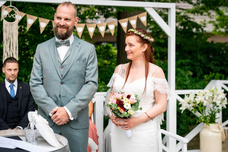 Das Jawort bei Boho Hochzeit im Landhaus Westerhof (Rosengarten)