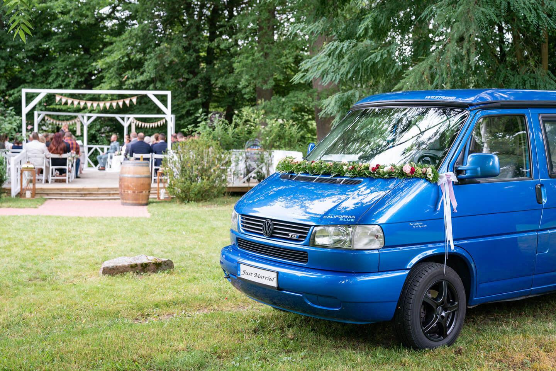 VW Bus bei Boho-Hochzeit unter freiem Himmel
