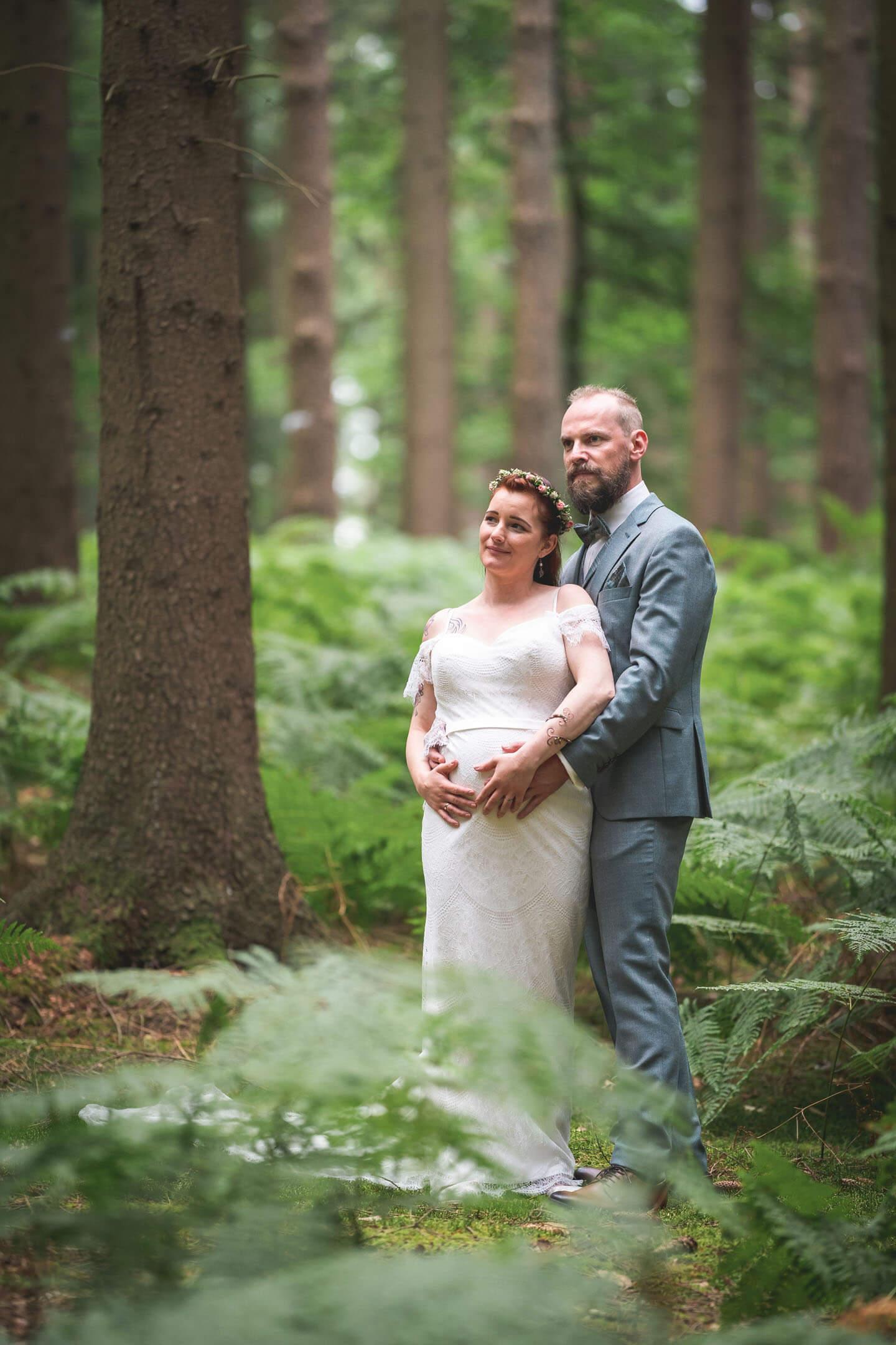 Hochzeitsfotos im Wald. Der Fotograf Florian Läufer drückte hier auf den Auslöser