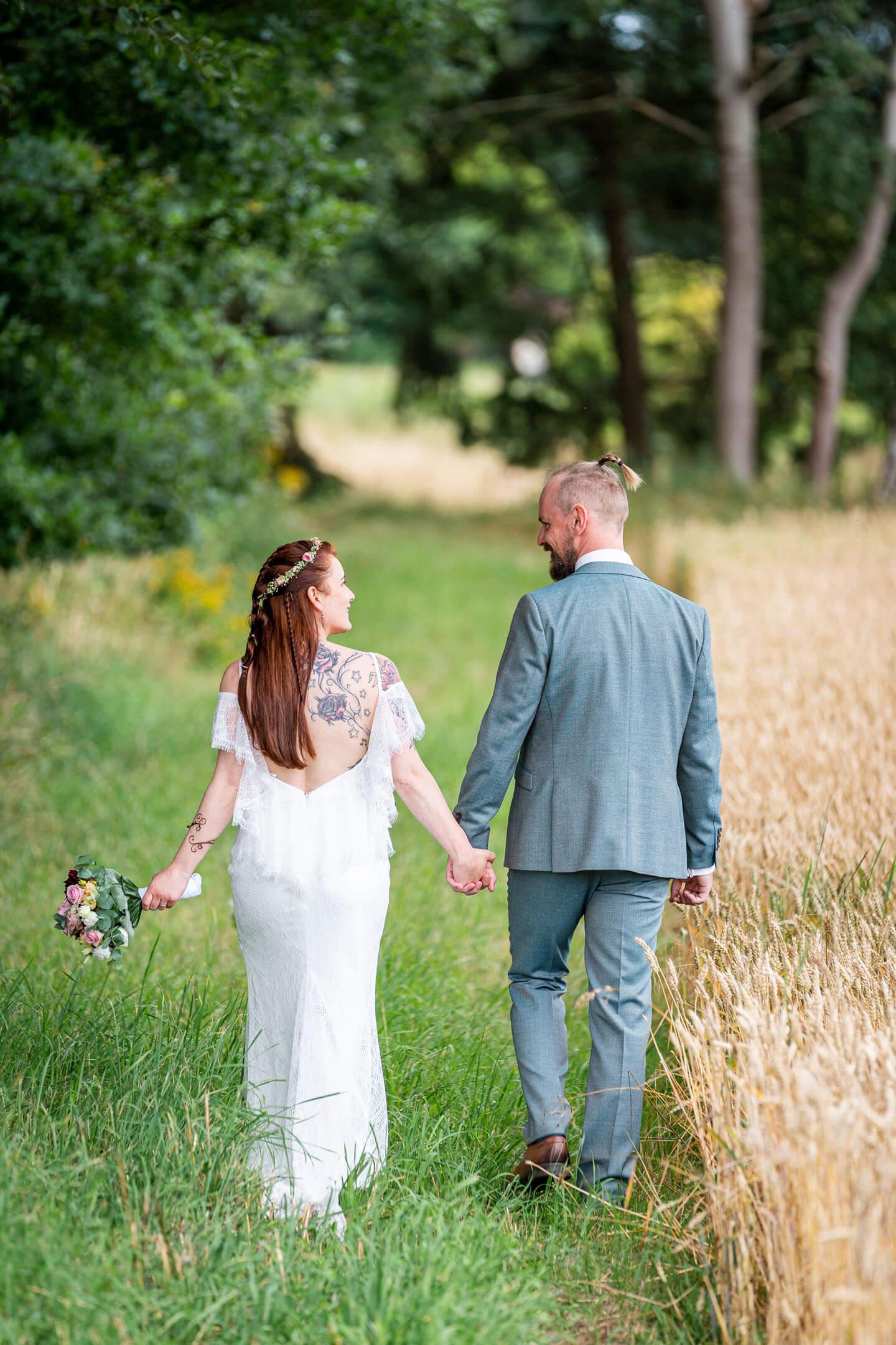 Hochzeitsfoto in der Natur aufgenommen