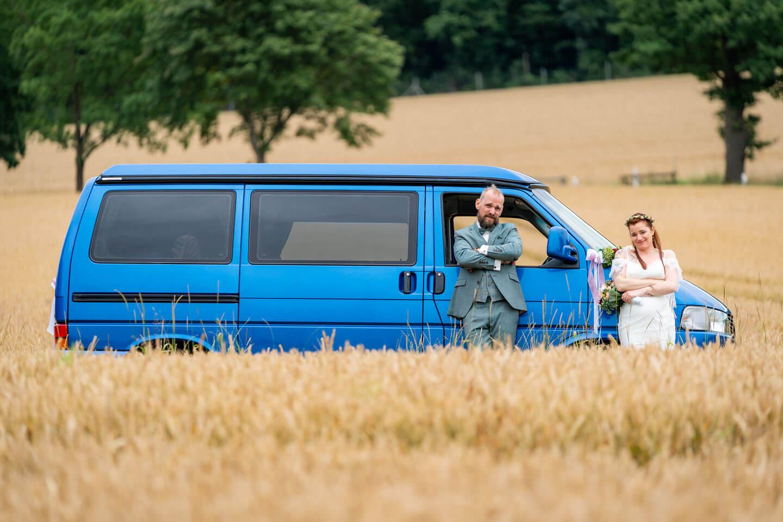 Hochzeitspaar mit VW-Bus beim Brautpaarshooting