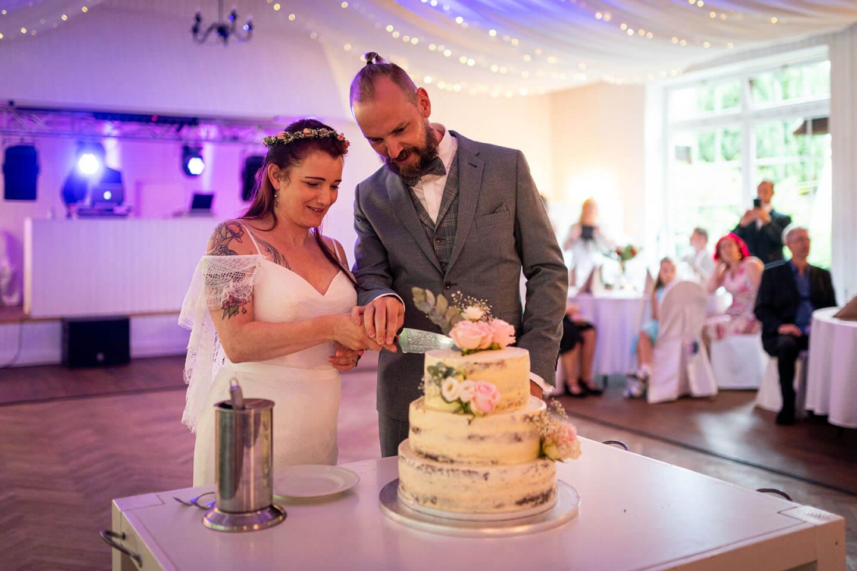Anschnitt der Hochzeitstorte (Foto: Florian Läufer)
