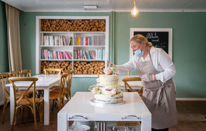 Hochzeitsvorbereitungen an der Torte