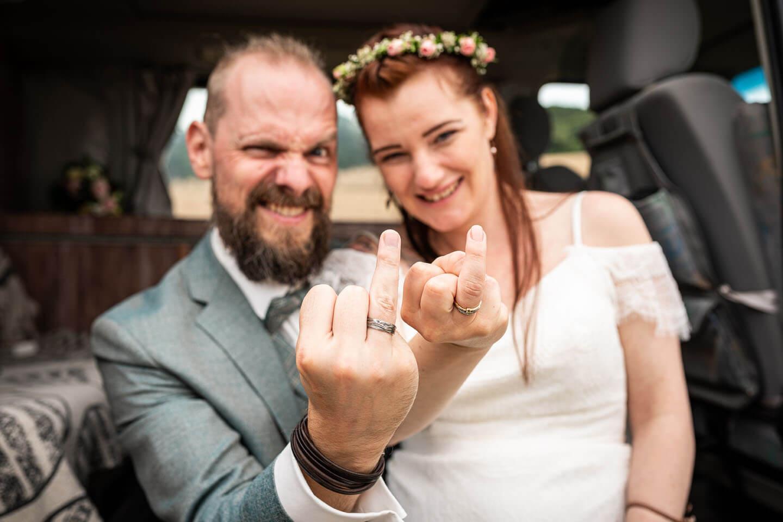 Hochzeitspaar zeigt Eheringe auf dem Ringfinger