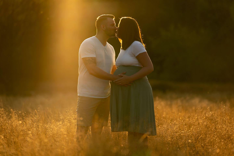 Das Gegenlicht der untergehenden Sonne malte die Lichtkante um die Köpfe von Matthias & Franziska beim Babybauch-Shooting