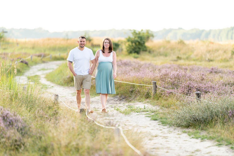 Die hochschwangere Franziska & Matthias beim Spaziergang in der Heide